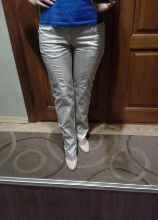Белые штаны в мелкую полоску