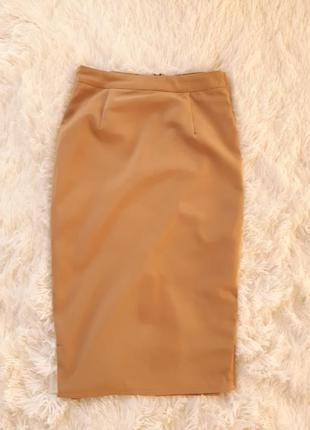 Трендовая юбка миди шафранового оттенка. золотисто-бежевая юбка ниже колена
