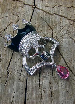 Шикарная брошь со стразами брошка с короной черепом розовым камнем. цвет серебро