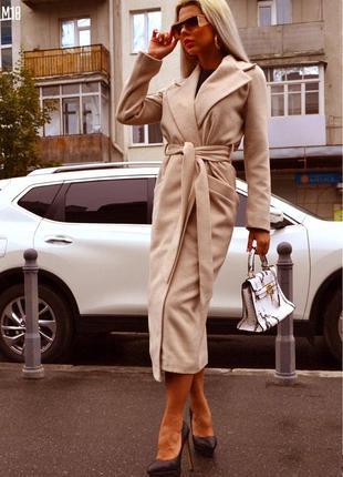 Бежевое кашемировое пальто с лацканами приталенное поясом