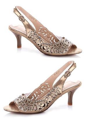 Золотые босоножки на шпильке среднем каблуке 6см со стразами