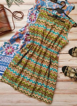 Красивое летнее платье с узорами и замочками