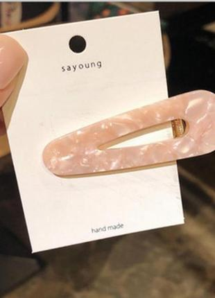 Модная заколка розового цвета