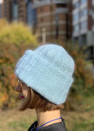 Зимняя шапка из мохеровых ниток небесного цвета