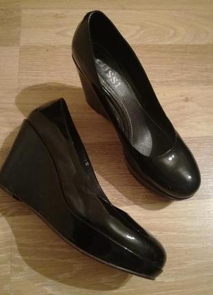 Лаковые красивые,удобные туфельки на танкетке от cussi