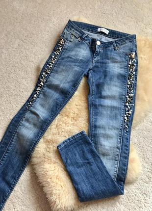 Шикарные джинсы с декором justor