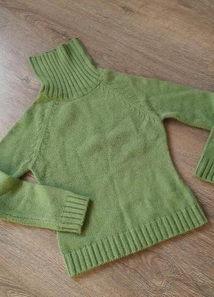 Теплый свитер салатового цвета под горло