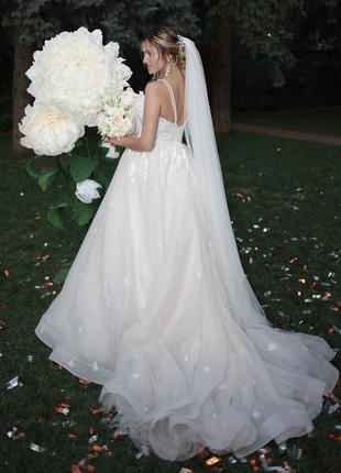 Нереально шикарное свадебное платье со шлейфом