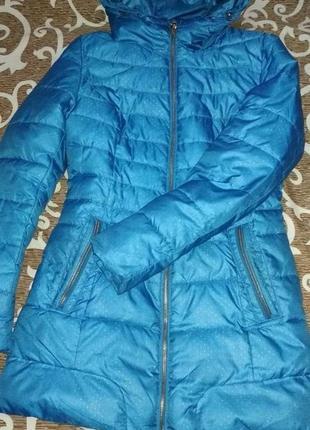 Удлиненная ярко голубая куртка пуховик на зиму или холодную осень