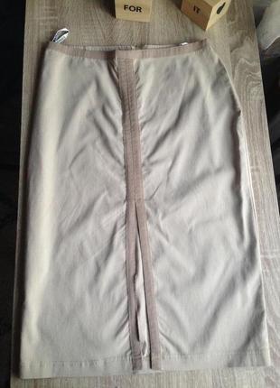 Бежевая стрейчевая юбка с разрезом