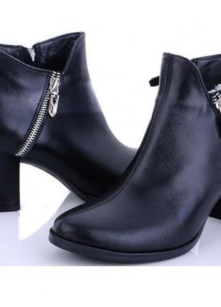 Демисезонные чёрные ботинки из натуральной кожи на среднем  каблуке
