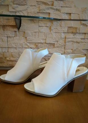 Шикарные белые босоножки. размер 42