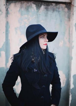 Широкополая чёрная шляпа