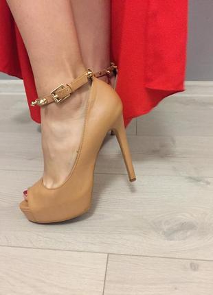 Туфли на высоком каблуке с ремешком нюдовые с шипами