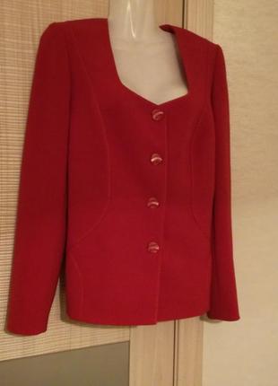Стильный красный пиджак жакет