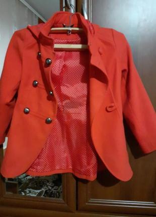 Червоне пальто.