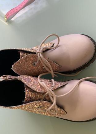 Пудровые ботинки с глиттером evie