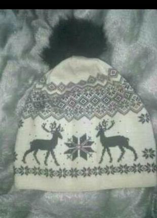 Теплая шапка с оленями и орнаментом