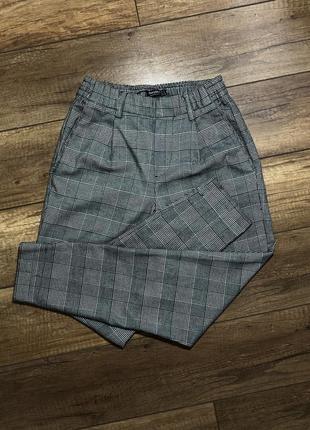 Фирменные брюки в клетку bershka