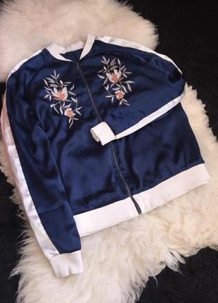 Атласный бомбер куртка вышивка манжеты объёмный олимпийка зип