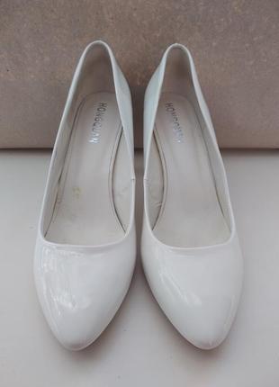 Белые лаковые туфли на каблуке