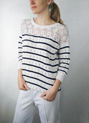 Белый свитер в синюю полоску с кружевом