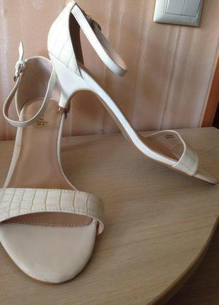 Белые открытые босоножки на каблуке под змеиную кожу с закрытой пяткой profile