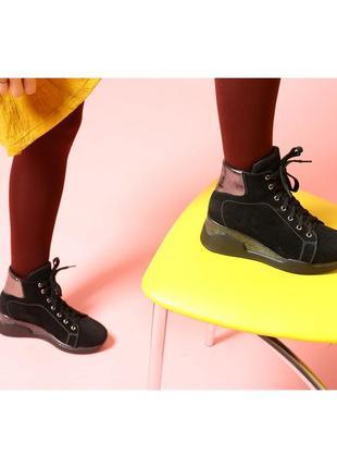 Замшевые зимние ботинки на высокой подошве.