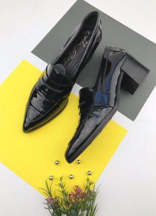 Итальянские лаковые туфли на среднем толстом каблуке