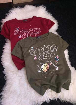 Парные футболки набор spaced out хаки марсала бордовый принт рисунок надпись jeuvre