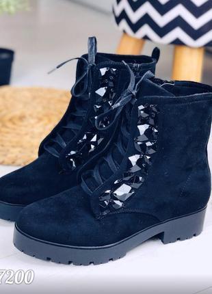 Замшевые осенние ботинки на низком каблуке с камнями,демисезонные ботинки на шнуровке.