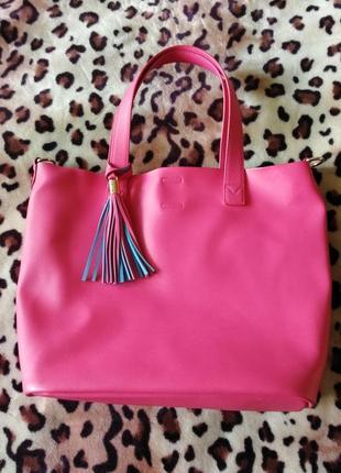 Яркая розовая сумка с голубой подкладкой
