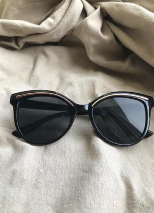 Чорні з золотою полоскою сонцезахисні окуляри, солнцезащитные очки