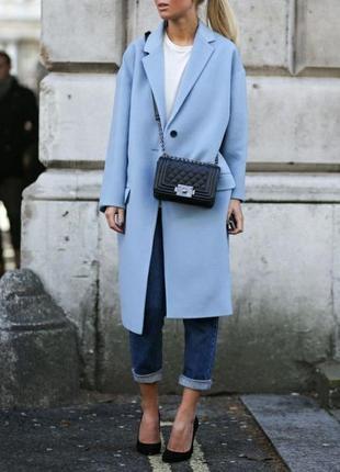Длинное голубое пальто