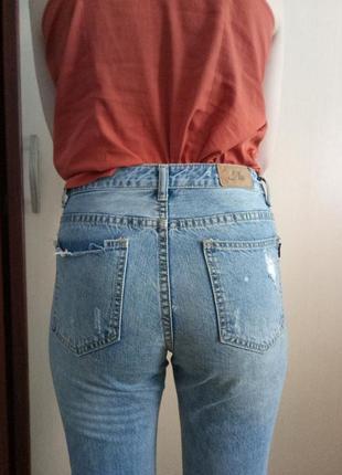 Актуальные джинсы мом с высокой талией