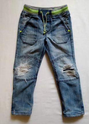 Рваные джинсы с потортостями на рост 104-110 см.