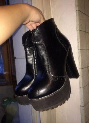 Черные осенние ботинки сапожки на высокой толстой тракторной подошве р. 38 новые