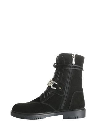 Черные замшевые ботинки с ремешком.