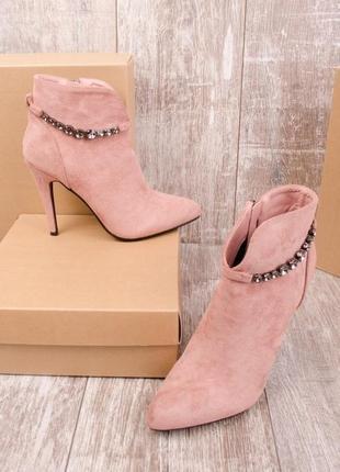 Замшевые пудровые ботинки на шпильке