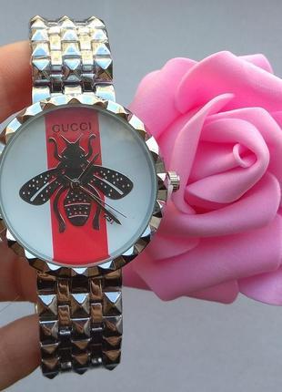 Новые стильные часы металлические, серебристые
