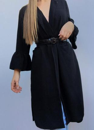 Крутой чёрный кардиган с карманами и с расклешенным рукавом и разрезами