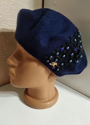 Стильный женский качественный шерстяной берет с декором цветами и камнями синий