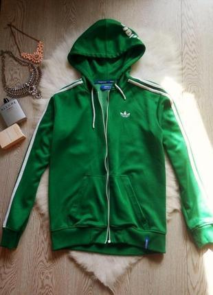 Зеленая с белыми полосами и надписями куртка олимпийка на молнии манжетах с капюшоном