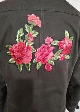 Очень красивая куртка с вышивкой роз.