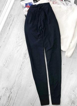 Актуальные темно-синие штаны в полоску от only, брюки