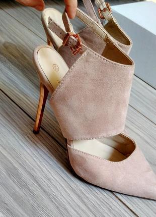 Бежевые замшевые туфли на высоком каблуке  39 размер