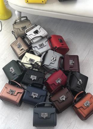 Симпатичные кожаные сумочки клатчи на цепочке италия