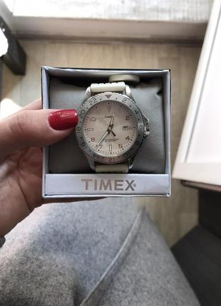 Белые часы timex