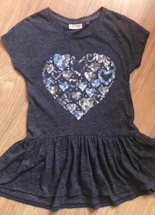 Симпатичное платье с пайетками сердце.