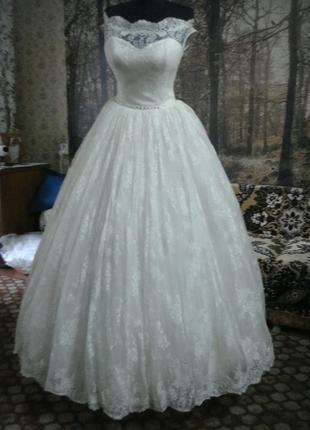 Свадебное платье для изящной невесты.